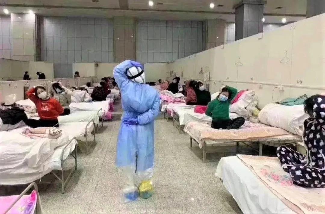 方舱医院医护人员带领患者练瑜伽